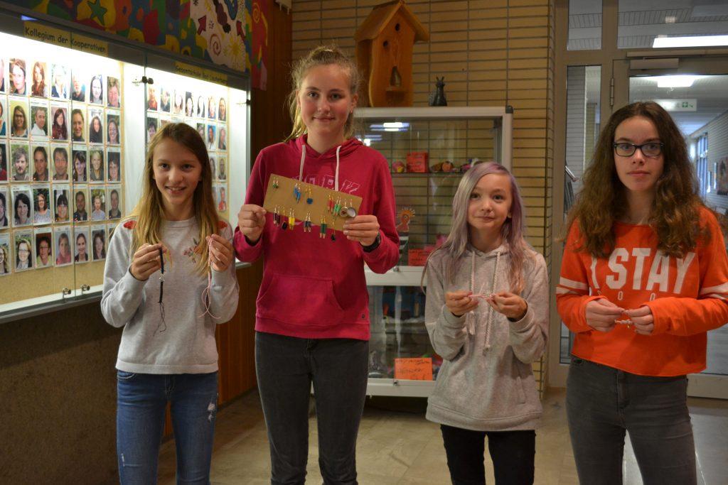 Die Schülerin präsentieren ihr Projekt