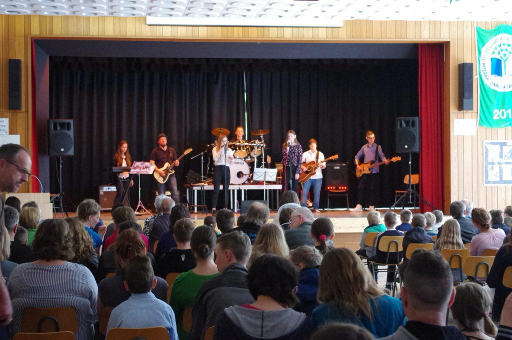Die Schulband singt fantastisch