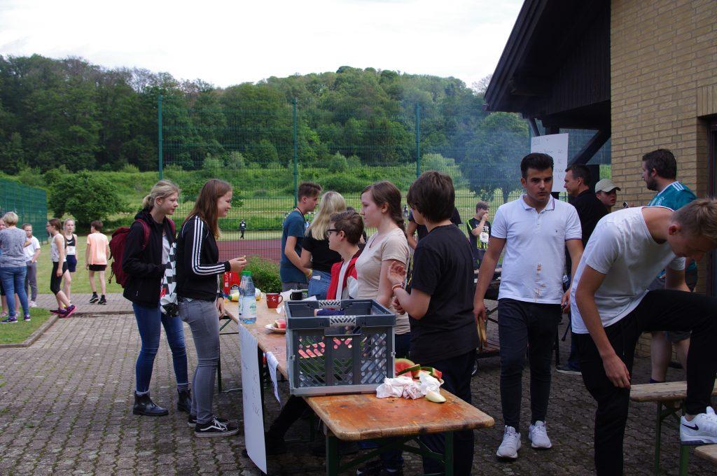 Die Grillstation mit Würstchen und Melone